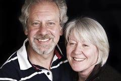 Un par envejecido medio cariñoso Fotos de archivo