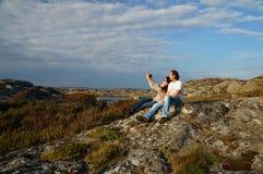 Un par está tomando un selfie como memoria en las vacaciones fotografía de archivo