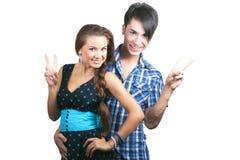 Un par feliz joven que muestra los pulgares para arriba. Imagen de archivo