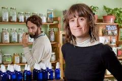 Un par hace compras para los productos curativos naturales Imagen de archivo