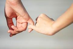 Un par hace una mano en la mano con amor Imagen de archivo