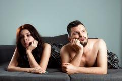 Un par, un hombre y una mujer están mintiendo en cama sin el deseo sexual, apatía, amor ha terminado Preludio en cama, falta de s imágenes de archivo libres de regalías