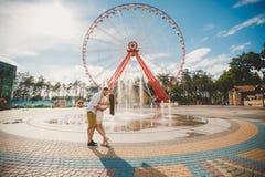 Un par joven en amor en la ciudad parquea en el verano imagen de archivo