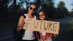 Un par joven está haciendo autostop la situación en el camino Un hombre y una mujer parar el coche en la carretera con un futuro  almacen de video