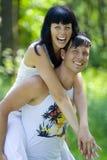 Un par joven que se divierte en el parque Foto de archivo