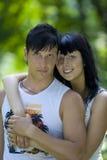 Un par joven que se divierte en el parque Imagen de archivo libre de regalías