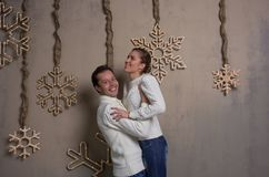 Un par joven se está divirtiendo que adorna una casa por el Año Nuevo Fotos de archivo
