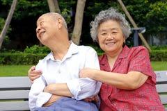 Un par mayor feliz abrazado Imagenes de archivo