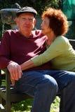 Un par mayor feliz se relaja en el sol Imagen de archivo libre de regalías