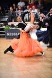 Un par no identificado de la danza en una danza presenta durante estándar del Grand Slam en el campeonato abierto del alemán Foto de archivo
