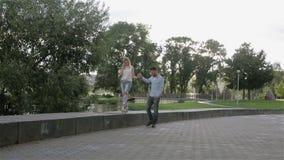 Un par promenading en el parque metrajes