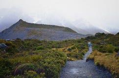 Un par que camina hacia las montañas Fotos de archivo libres de regalías