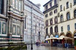 Un par que camina por la catedral hermosa en día lluvioso, Italia de Florencia Fotos de archivo