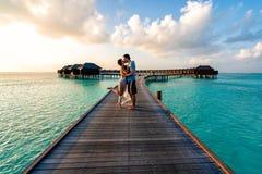 Un par que disfruta de una salida del sol en los Maldivas imágenes de archivo libres de regalías