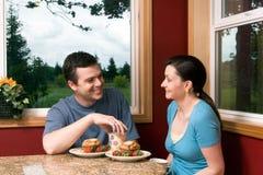 Un par que habla en el desayuno en - horizontal Fotografía de archivo