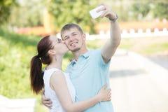 Un par que hace el selfie en parque Fotografía de archivo libre de regalías