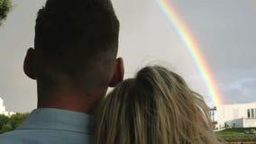 Un par que mira el arco iris almacen de metraje de vídeo