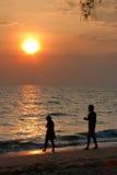 Un par que recorre en la puesta del sol fotos de archivo