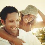 Un par que se relaja en la playa Imagen de archivo libre de regalías