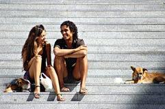 Un par que se sienta en las escaleras 3 Imagen de archivo libre de regalías