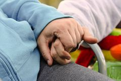 Un par que se sienta en una silla que lleva a cabo las manos mientras que acampa Foto de archivo