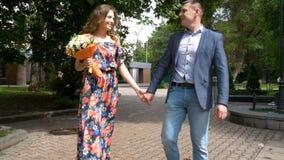 Un par romántico hermoso está caminando en el parque Cámara lenta almacen de metraje de vídeo