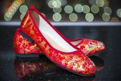 Un par tradicional de zapatos rojos de la boda Foto de archivo