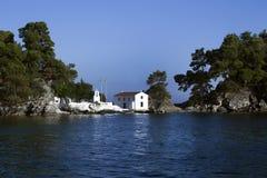 Un paraíso hermoso en el pueblo de Grecia Parga fotografía de archivo