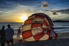 Un paracaídas del watchig de los pares por puesta del sol Fotos de archivo