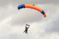 Un paracadutista che esegue lanciar in caduta liberasi con il paracadute Fotografia Stock Libera da Diritti