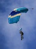 Un paracadutista che esegue lanciar in caduta liberasi con il paracadute Fotografie Stock Libere da Diritti