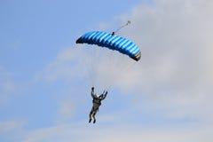 Un parachutisme de exécution de parachutiste avec le parachute photo libre de droits