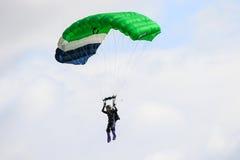 Un parachutisme de exécution de parachutiste avec le parachute image libre de droits