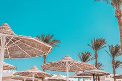 Un paraguas de materiales naturales en un cielo azul con las nubes foto de archivo