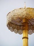 Un paraguas de oro del arte grande hermoso del detalle en templo tailandés Foto de archivo libre de regalías