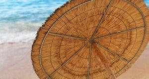 Un paraguas de sol de lámina que simboliza vacationing en verano Foto de archivo libre de regalías