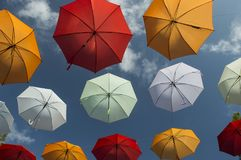 Un paraguas debajo del cielo azul Fotos de archivo libres de regalías