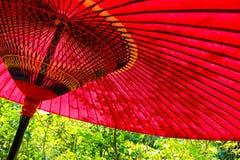 Un paraguas en un día soleado en Japón imagenes de archivo