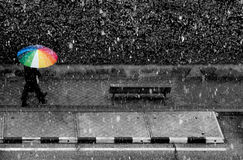 Un paraguas en una tormenta de la nieve Fotografía de archivo libre de regalías