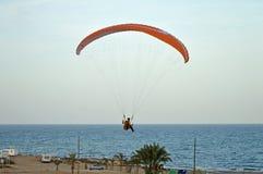 Un parapente préparant pour débarquer dans mamie Alacant Image libre de droits