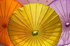 Un parapluie grandeur nature jaune de boissons de cocktail et d'autres couleurs photographie stock