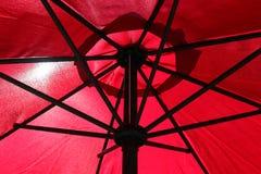 Un parapluie rouge qui protège bon photos libres de droits