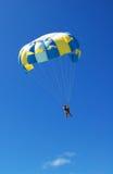 Un parasailing de los pares imagen de archivo