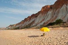 Un parasol jaune isolé photos libres de droits