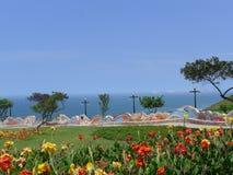 Un parc avec le banc carrelé fleuri dans le secteur de Miraflores de Lima Photo stock