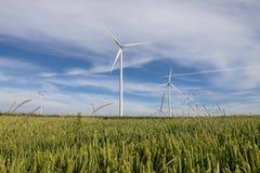 Un parco eolico in un campo nella campagna Immagine Stock