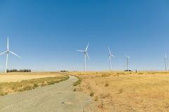 Un parco eolico con cielo blu in California immagine stock libera da diritti