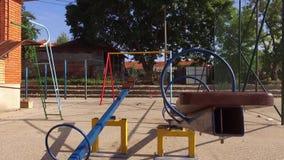 Un parco vuoto per i bambini nell'ora legale stock footage