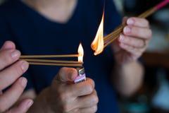 Un parpadeo de la llama en el incienso para pagar respecto al antepasado chino Para celebrar Año Nuevo chino Foto de archivo libre de regalías
