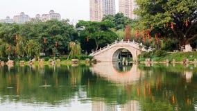 Un parque con el puente del viejo estilo Imagen de archivo